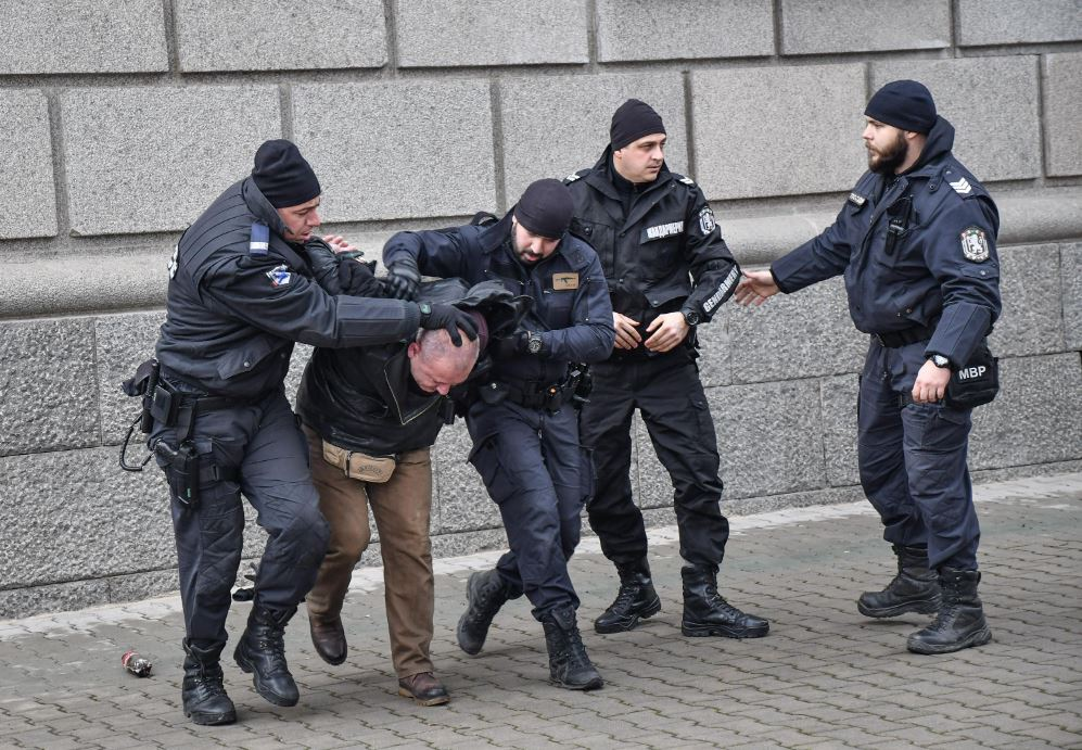 Обгазени протестиращи и ранени полицаи при протест пред МРРБ (ВИДЕО+СНИМКИ) - NOVA