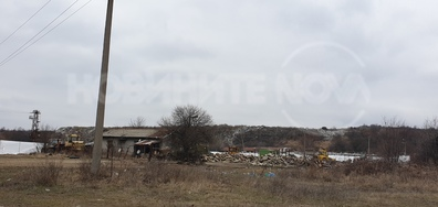Боклук се складира до уж нефункциониращотото сметище на Ихтиман