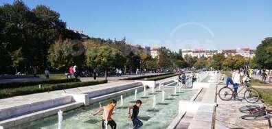 Деца се къпят пред НДК във фонтаните