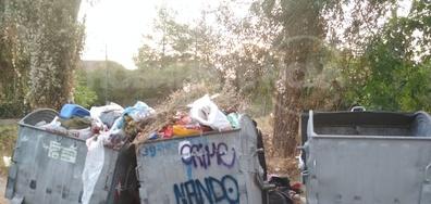 Боклукчийските камиони изхвърлят избирателно кофите...