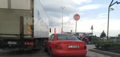 """Идеално паркиране точно под знак """"стоп"""""""