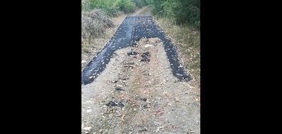 Изхвърлят асфалт, вместо да запълнят дупките