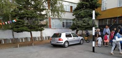 Шофиране в училищен двор в първия учебен ден!