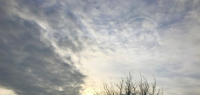 Слънцето успява да се покаже зад облаците в днешното утринно небе