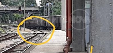 Товарни вагони на три линии на централна гара Пловдив. Влаковете за Димитровград и Варна не могат да заминат по направление.