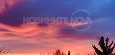 Розови вълни в утринното небе