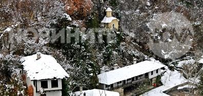 Зима край манастира