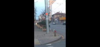 Голяма саксия на тротоара създава условия за ПТП