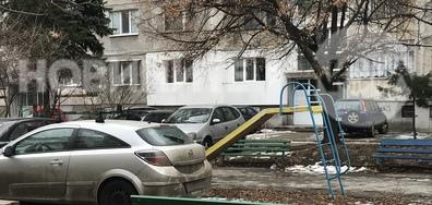 С кола в детската площадка