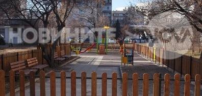 Колите, които окупират детските площадки!