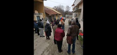 Болни хора чакат на студа за ТЕЛК