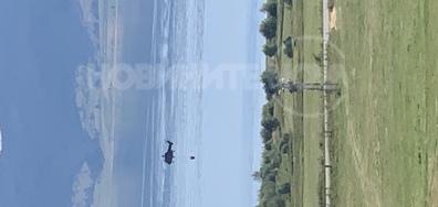 Хеликоптер зарежда вода от Язовир Бата за гасенето на пожарите