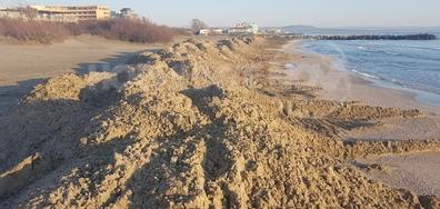 Разкопан и обезобразен - плажът в Поморие