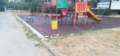 Детска площадка и пространството покрай нея