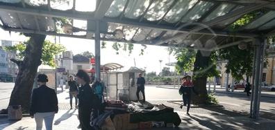 "Сергии на спирката пред гара ""Пловдив"""