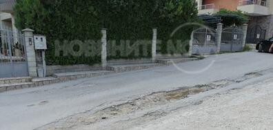 Огромна дупка на улица във Варна