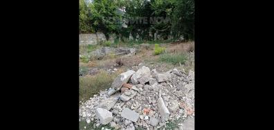 Изхвърлени строителни отпадъци сред природата