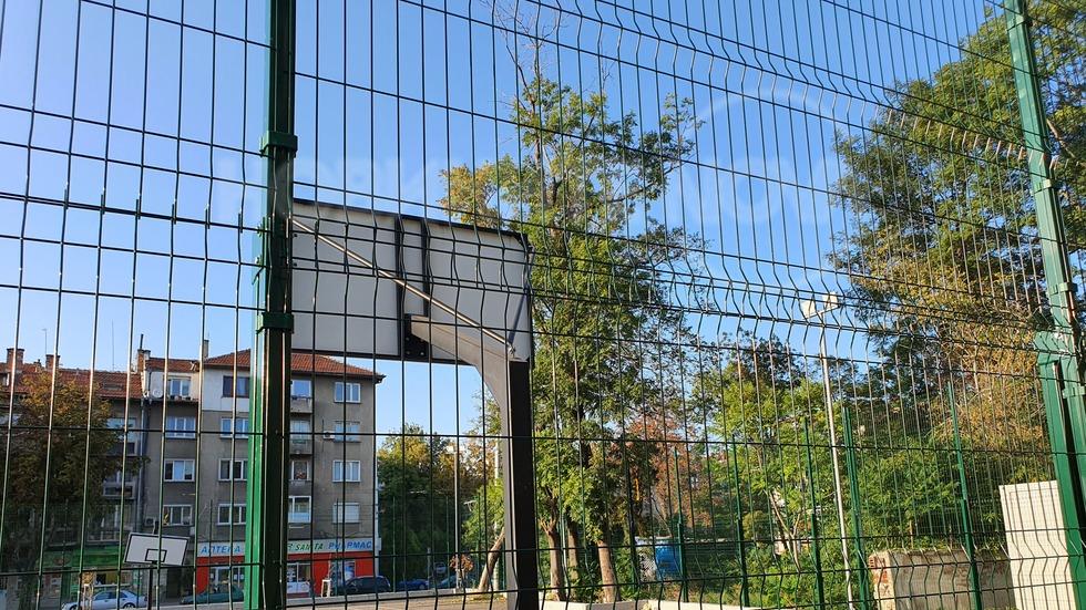 Безстопанственост на спортната площадка на Александровска Болница