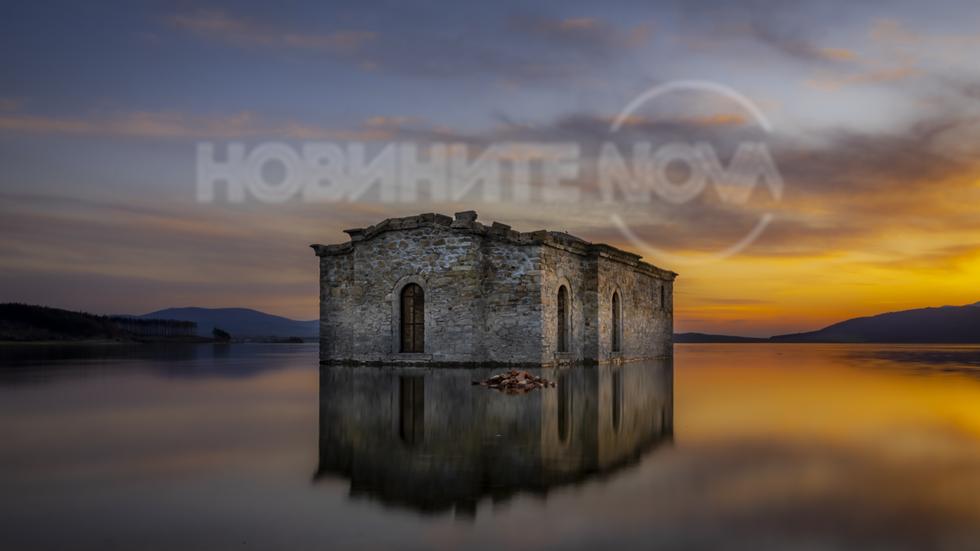"""Потопената църква на язовир """"Жребчево"""" по залез"""