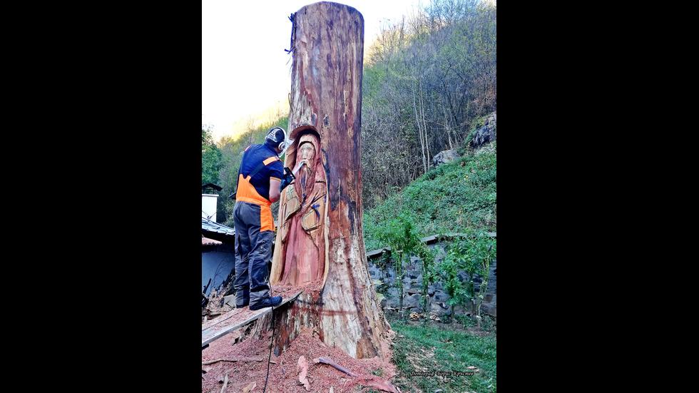 """Скулптора върху изсъхнало дърво на """"Свети Йоан Рилски"""""""