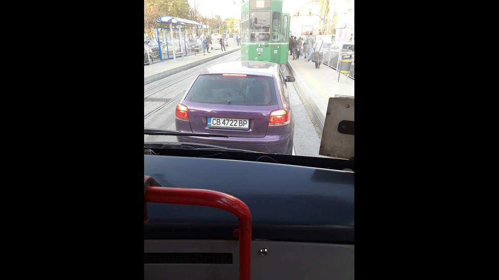 На трамвайната спирка и трасе определено за градския транспорт