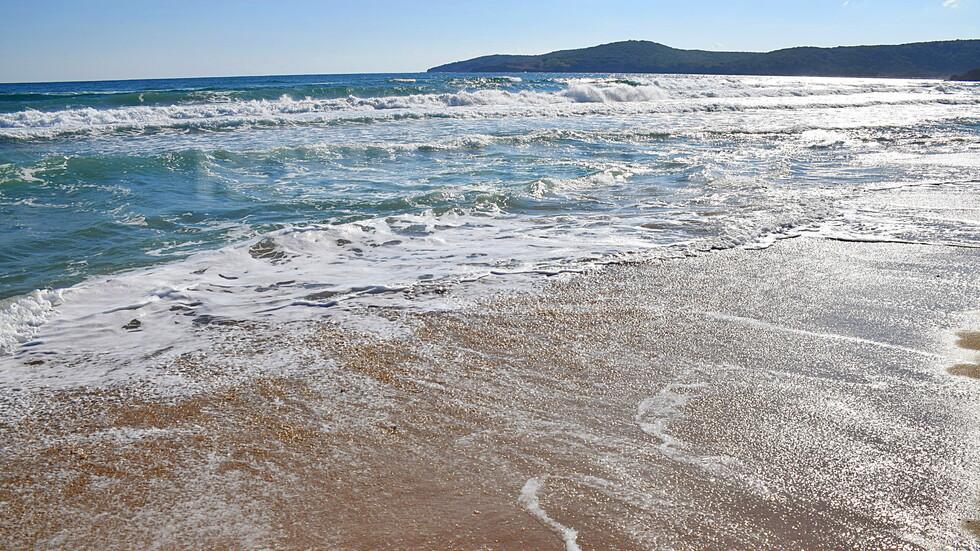 Морската пяна гали брега!