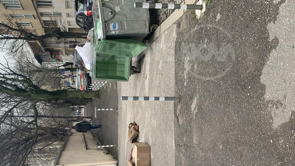 Кофи за боклук пред авариен изход на училище