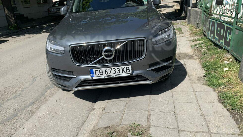Кола, паркирана на тротоар