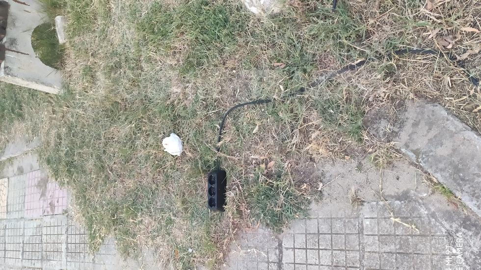Необезопасен разклонител, непосредствено до детска площадка в Приморско