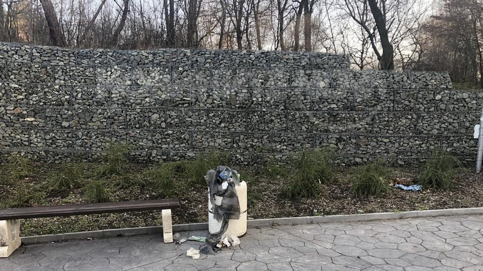 Боклуци в градския парк на Айтос