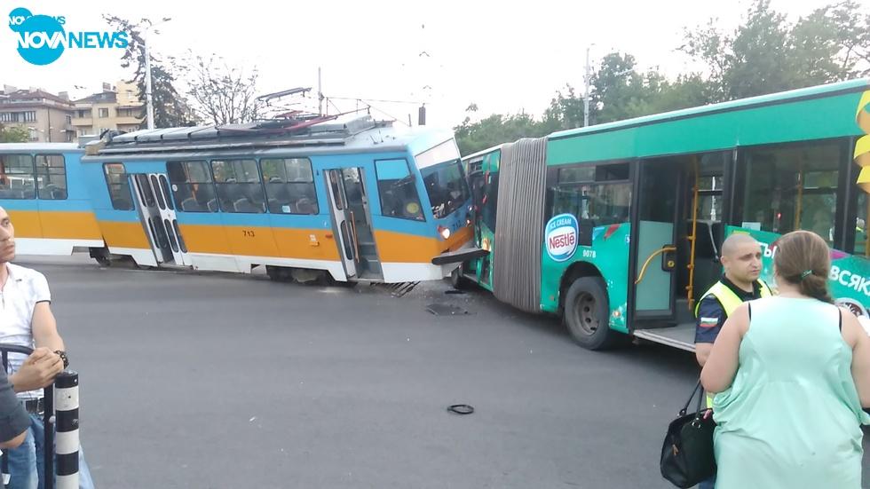 Трамвай блъсна автобус