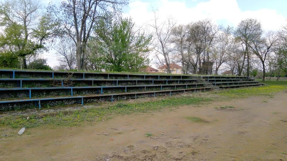 Изоставен стадион в с. Крушаре