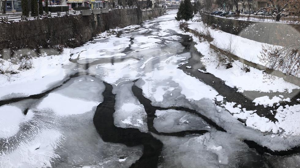 Река Осъм в Троян почти замръзна