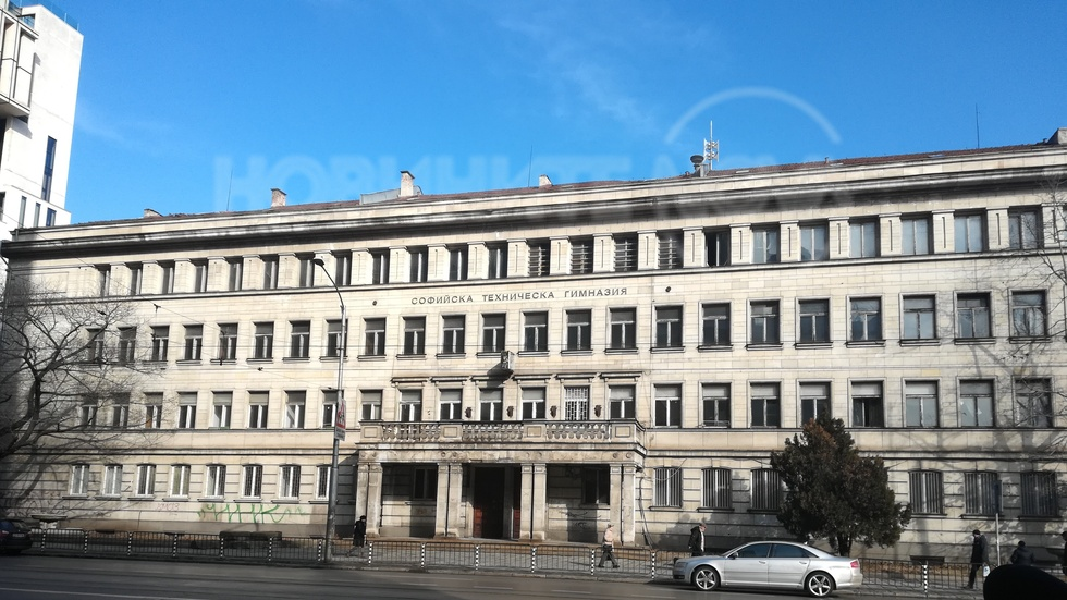 Бивша гимназия в София се руши