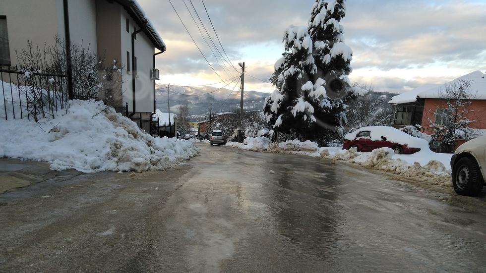 Опасно заледена улица в Габрово