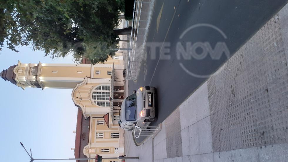 Неправилно паркиране в най-голямата спирка за градски транспорт в Бургас