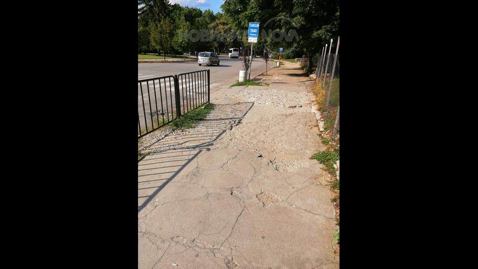 Разбит тротоар водещ, към болницата на град Русе