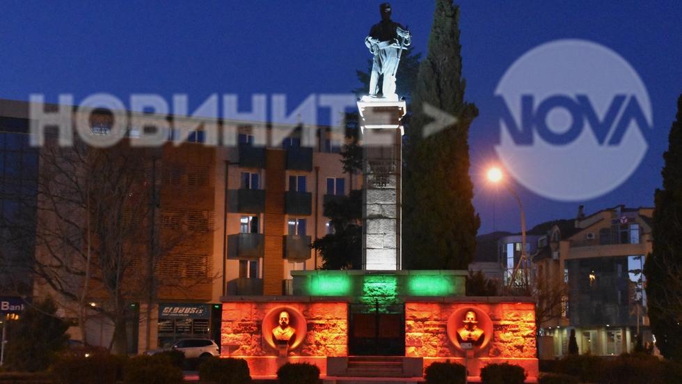 Паметникът на Хаджи Димитър светна с цветовете на трибагреника