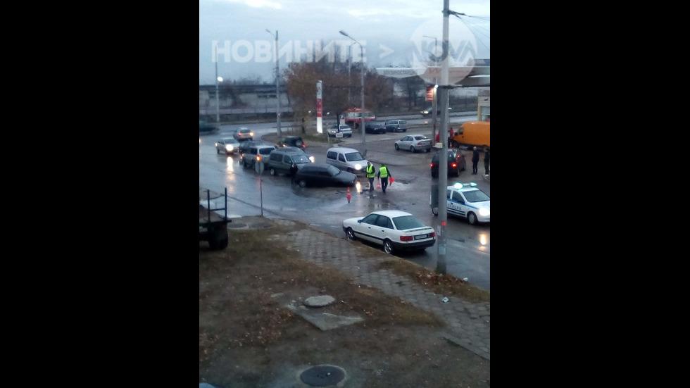 Кола пропадна в дупка в Сливен