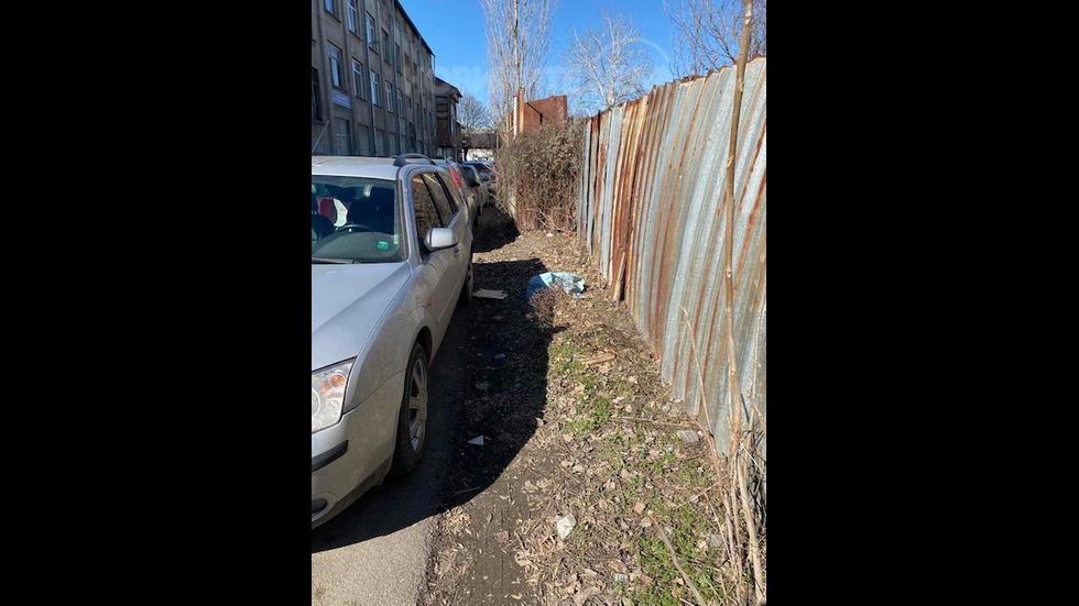 Невъзможно преминаване заради блокиран тротоар