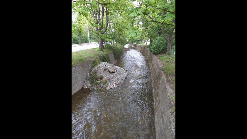 Изсипване на строителни отпадъци в Боянската река