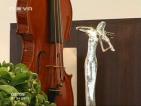 Как една стара дървена греда се превръща в изящна цигулка?