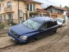 """Цяло денонощие две коли """"висят"""" на разбита улица във Варна"""