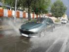 Пороен дъжд затруднява движението по главен път Е-79