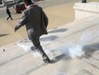 Освободиха мъжа, хвърлил димки пред Народното събрание