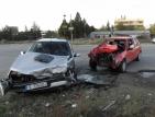 Един човек пострада при челен удар между две коли край Благоевград