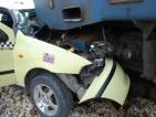 Такси се блъсна във влак на гара Лакатник
