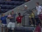 Фен лови бейзболна топка с бебе в другата ръка