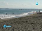 Бургазлии на плаж в топлия ноемврийски ден
