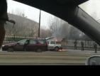Автомобил горя пред столично училище